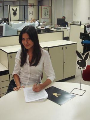 Tessalia assinando contrato