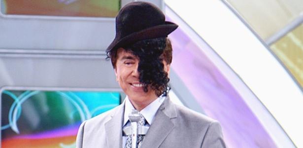 Silvio Santos coloca peruca