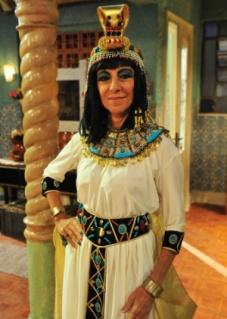 7fev2013---marilia-pera-caracterizada-de-cleopatra-em-pe-na-cova-1359643657461_300x420